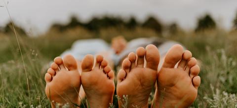 blote-voeten-in-de-natuur.jpg