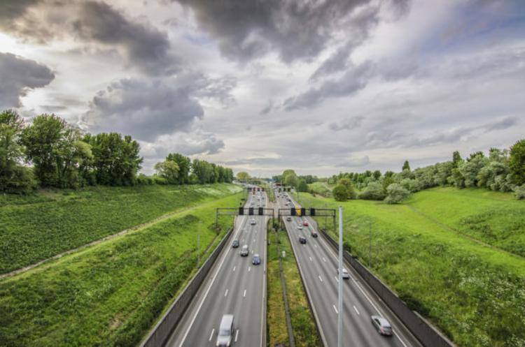 Een snelweg in Antwerpen snijdt het landschap in twee delen.