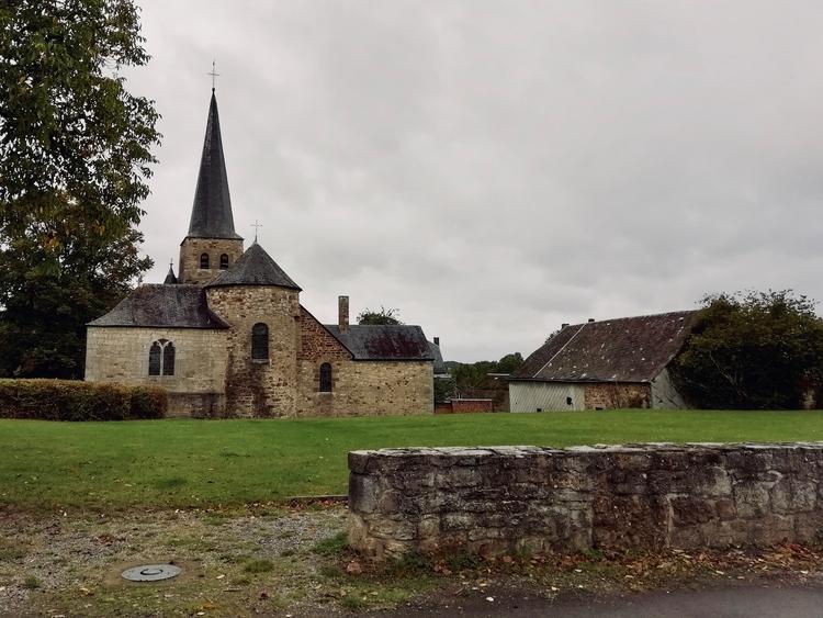 De Sint-Walburgakerk op de Place de la Pierre van Wéris