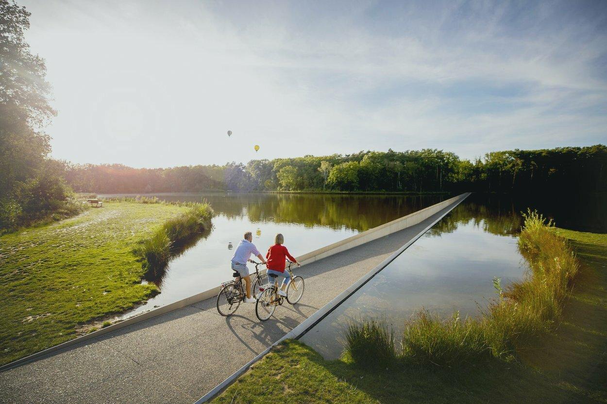 fietsen-door-het-water-in-bokrijk.jpg