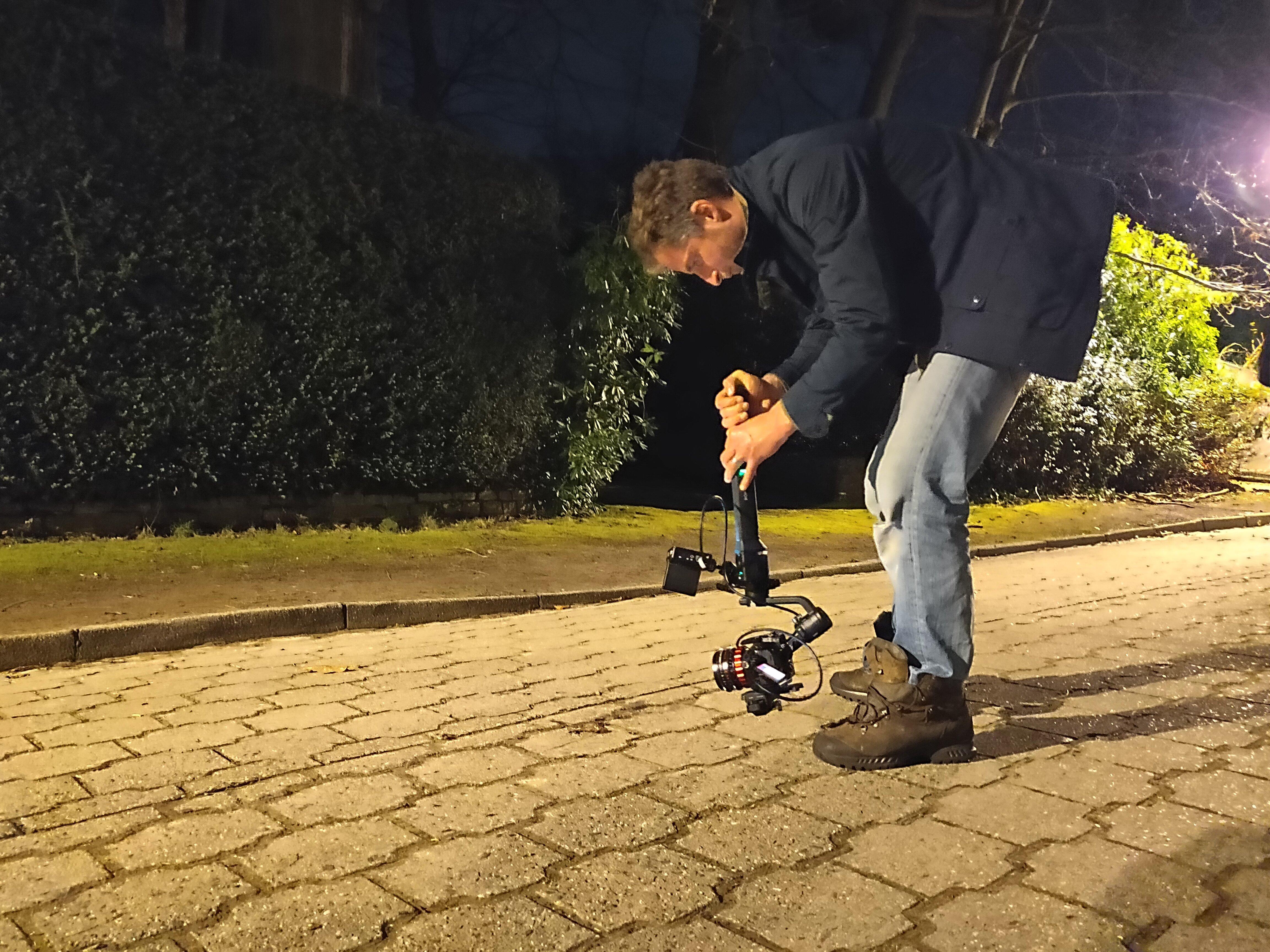 De camera hangt ondersteboven om vanuit het standpunt van de pad te filmen