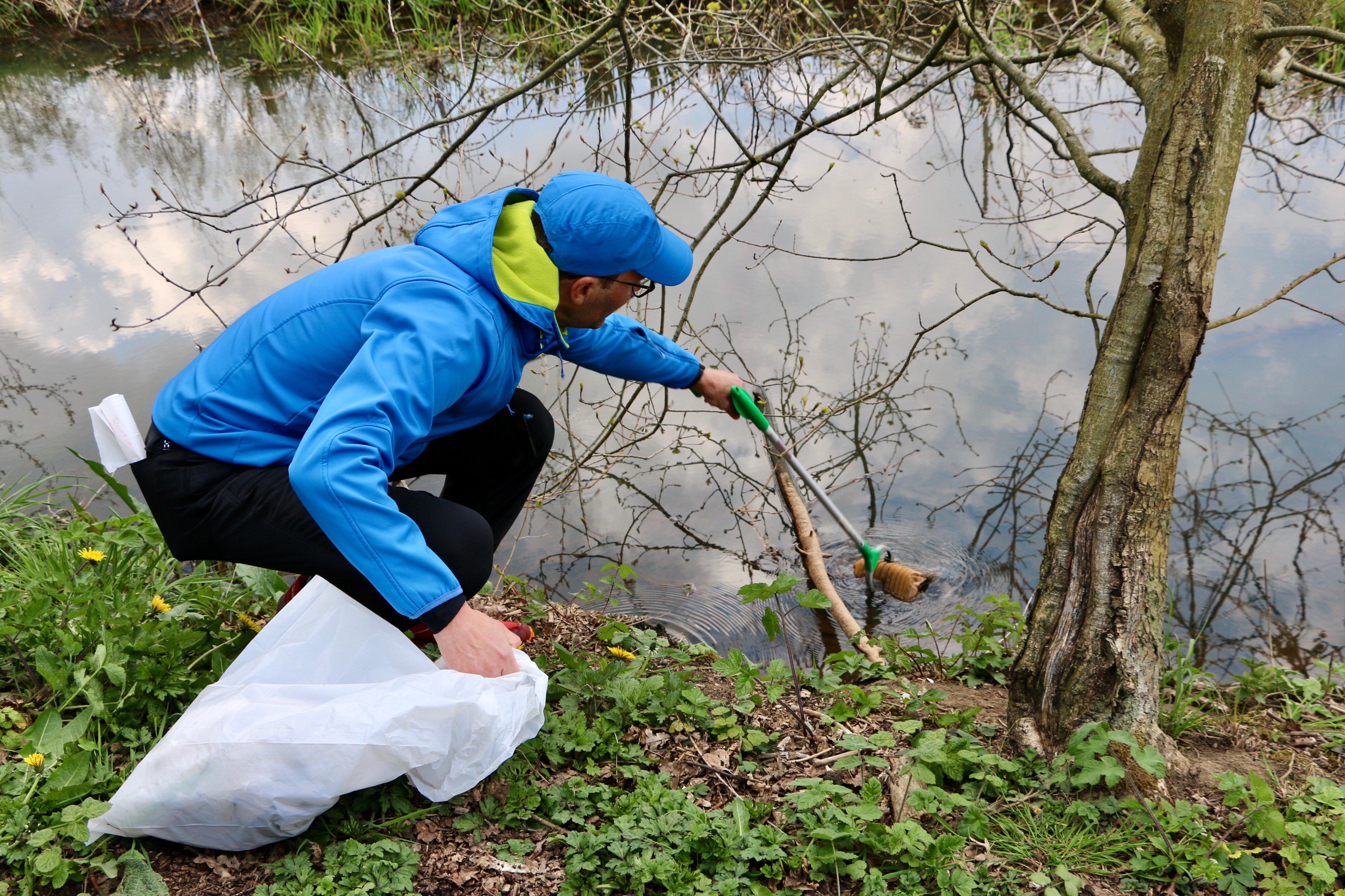 Xavier haalt afval uit het water