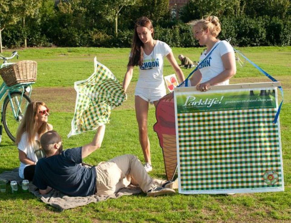 Studenten delen picknickdekens uit